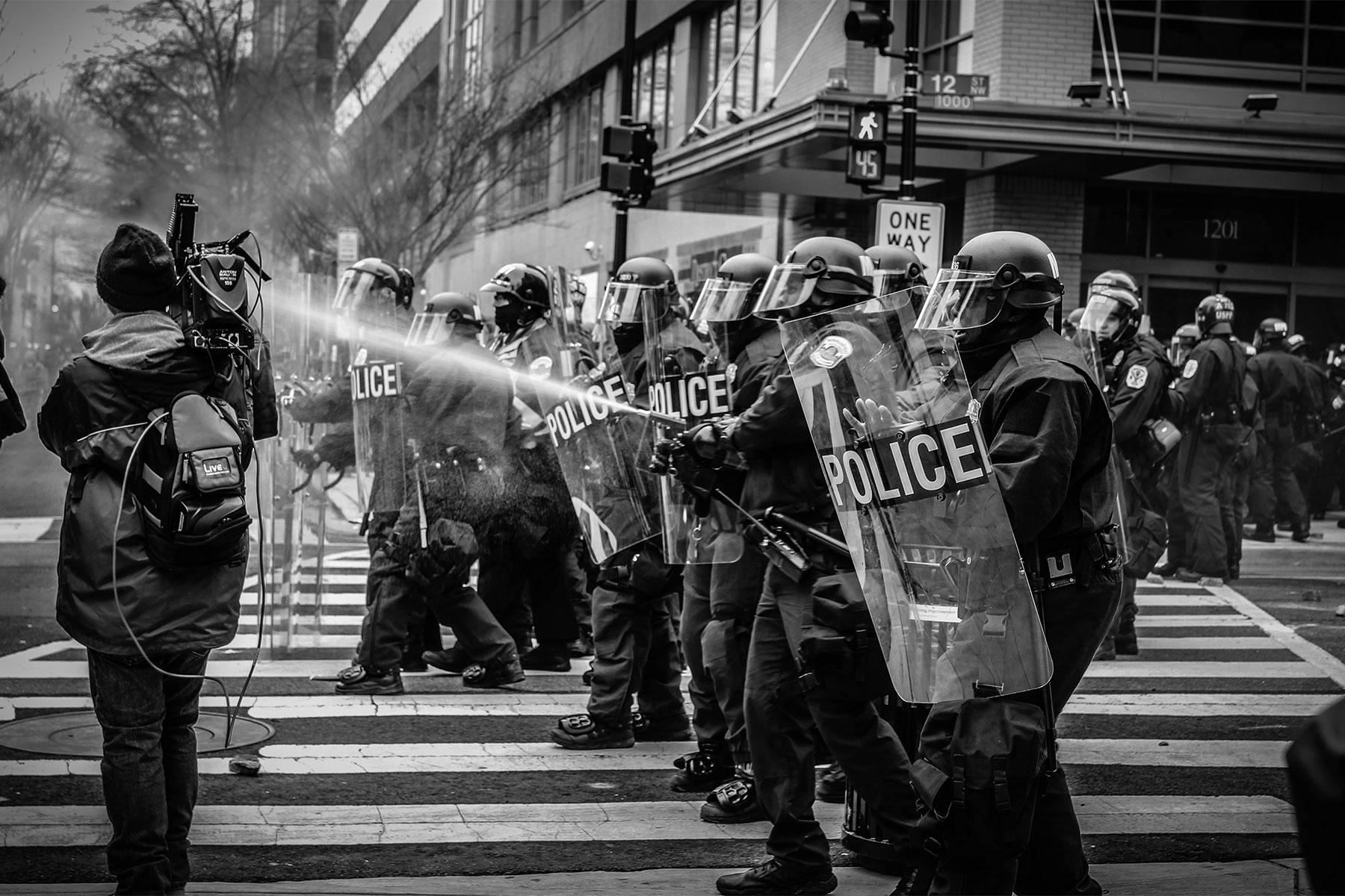 Caméraman et police anti-émeute
